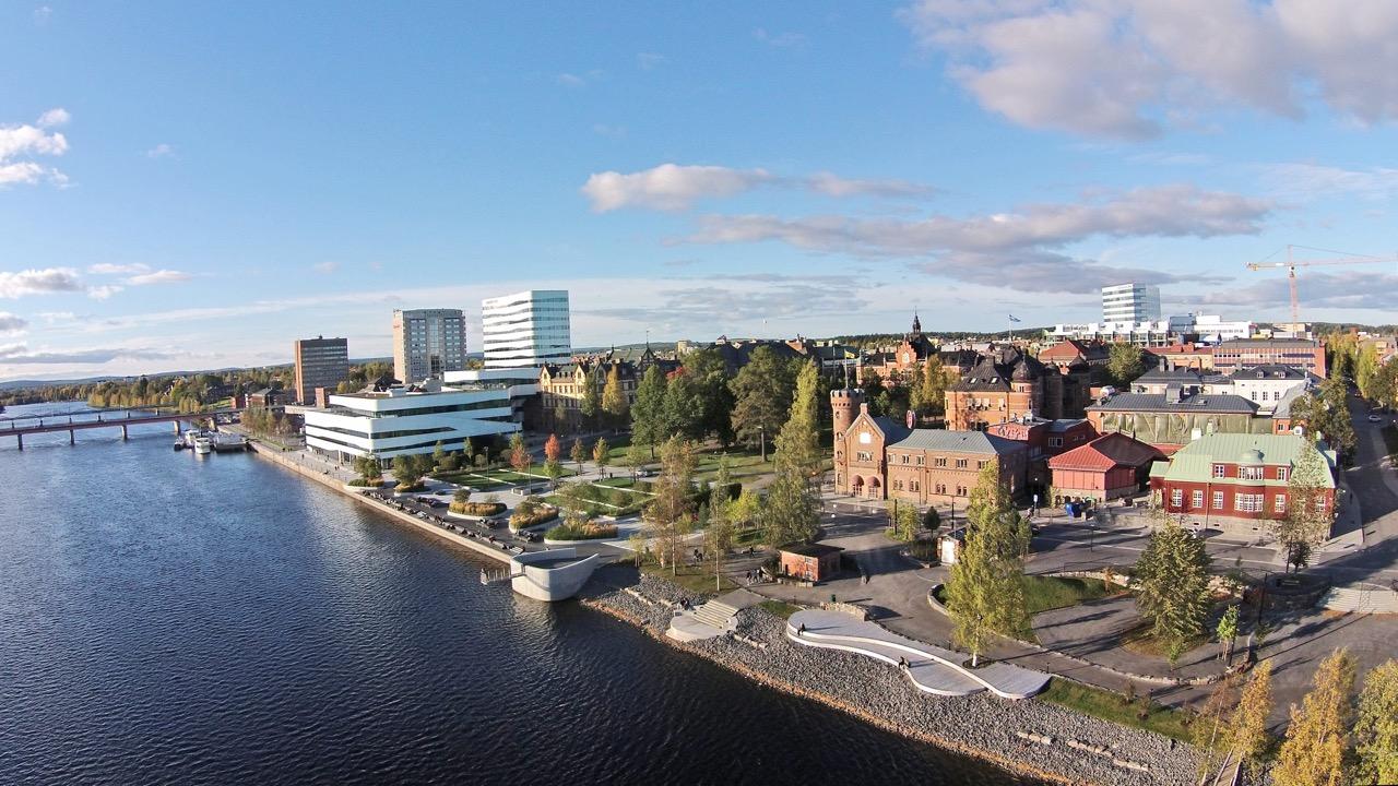 Flygbild över Umeå med utsikt över älven och stadsparken